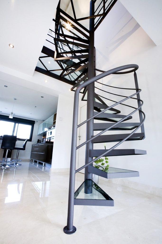 Escalier marches et passerelle en verre