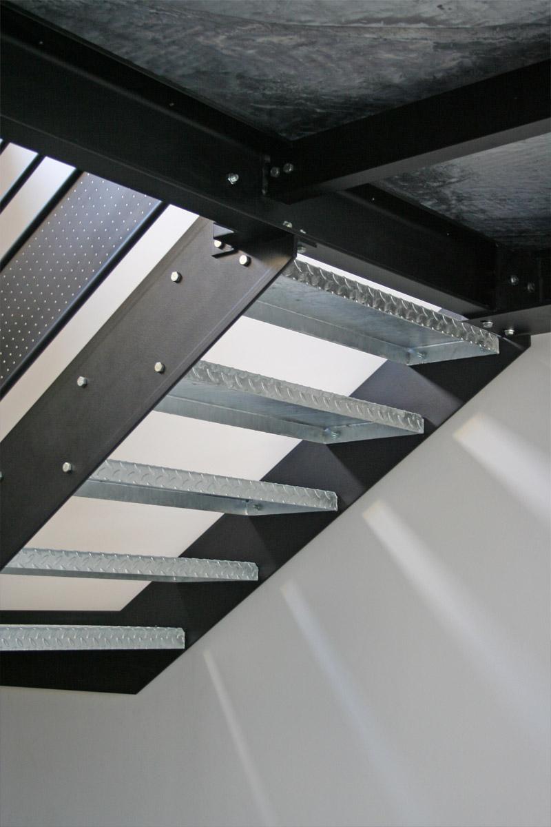 le p re no l grimpe sur la passerelle ehi escalier h lico dal industriel. Black Bedroom Furniture Sets. Home Design Ideas