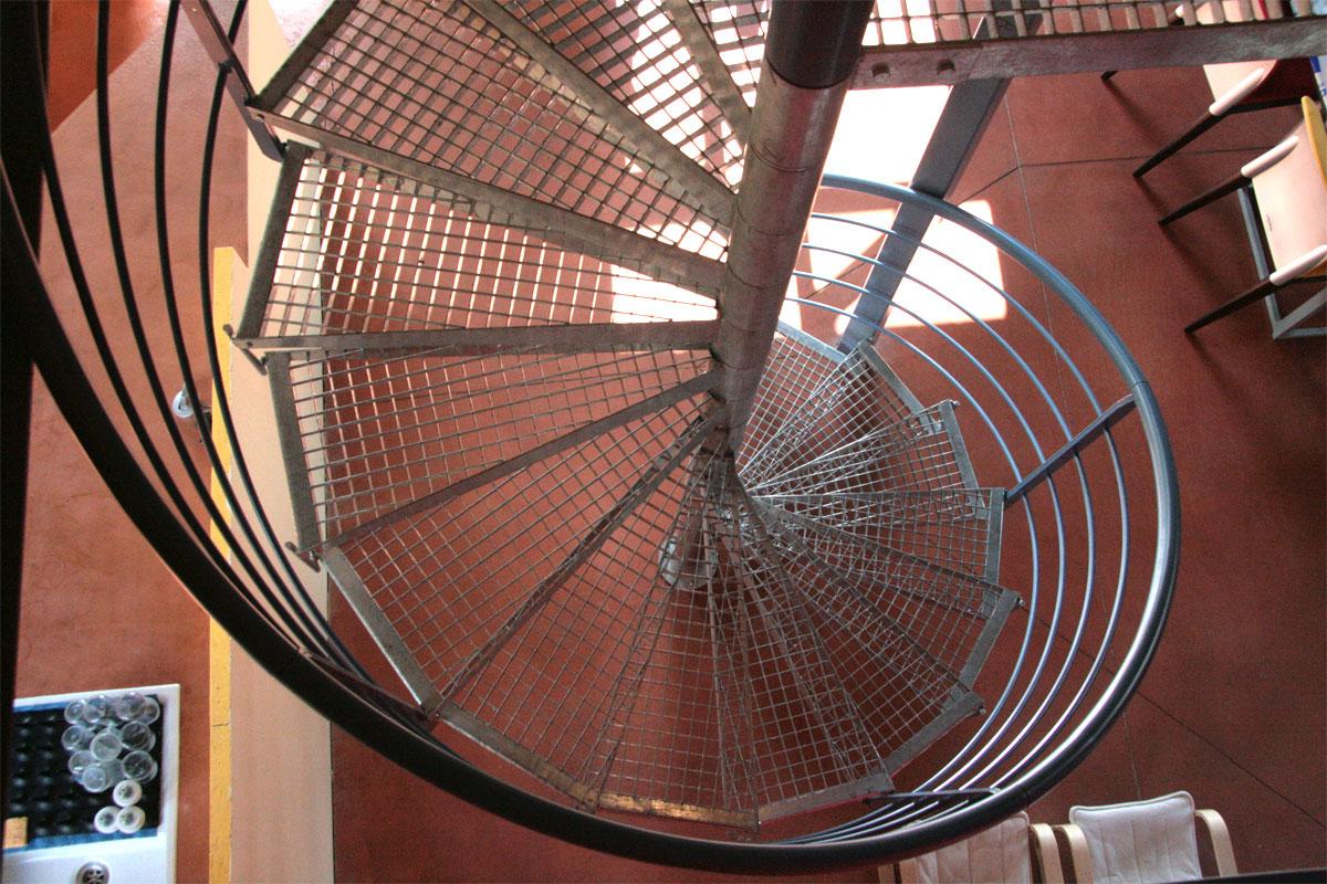marches caillebotis pour l 39 escalier d 39 un loft ehi escalier h lico dal industriel. Black Bedroom Furniture Sets. Home Design Ideas